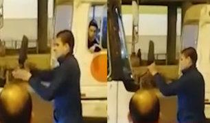 SJL: venezolano rompe espejo de bus que le habría cerrado el paso