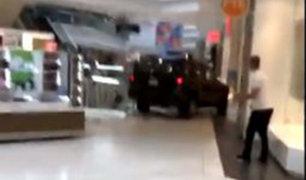 VIDEO: sujeto irrumpe con su camioneta en un centro comercial de EEUU