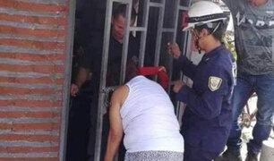 FOTOS: mujer queda atrapada en reja al intentar espiar a  su vecina