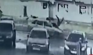 Rusia: mujer fue arrollada varios metros tras cruzar la pista