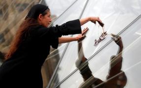 Activistas manchan pirámide del Louvre en rechazo a compañía petrolera