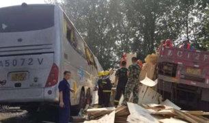 China: al menos 36 muertos tras choque de bus turístico con camión
