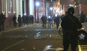 [ESTA NOCHE] Se registra un herido durante disturbios en los exteriores del Congreso