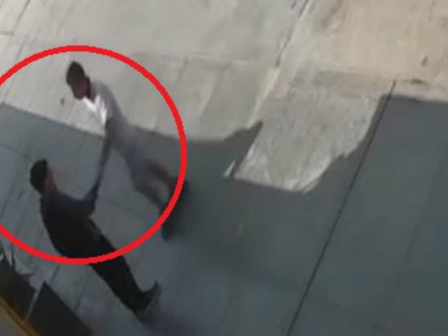 Los Olivos: avezado ladrón roba celular a menor de edad