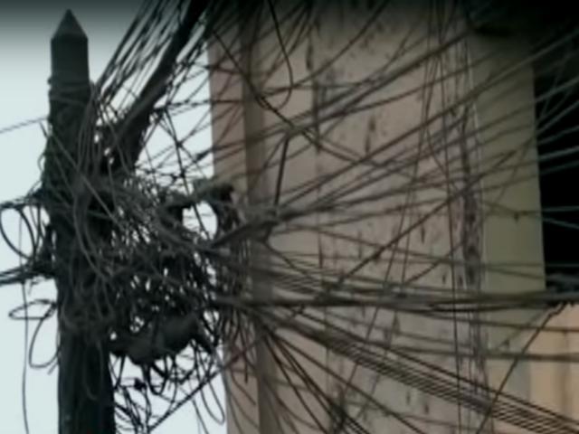 Retiran cableado eléctrico que se tejían en los aires de La Victoria