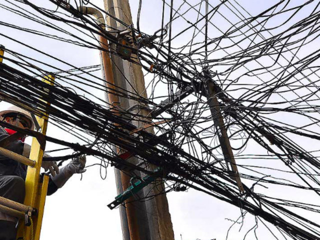 Marañas de cables aéreos convierten a Mesa Redonda en una bomba de tiempo