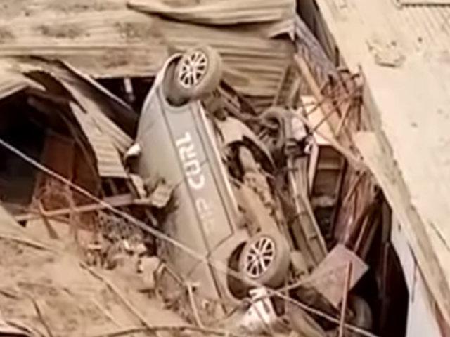 Cieneguilla: familia salva de morir tras caer miniván sobre casa