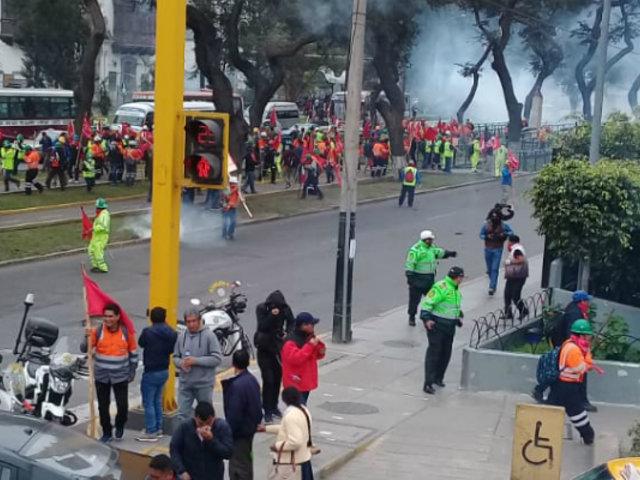 Trabajadores mineros irrumpen en sede del MTPE y hacen destrozos
