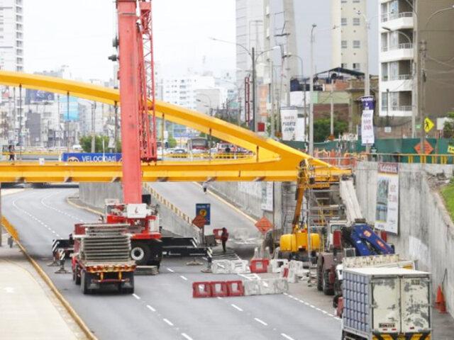 Vía Expresa: muro está a punto de caer en puente en construcción