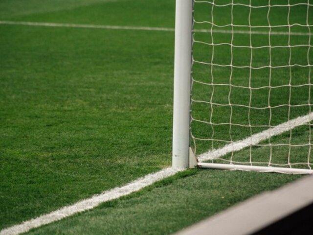 Hombre cae y marca gol tumbado sobre el césped
