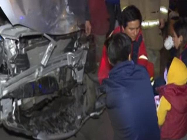 Cercado: sujeto en estado de ebriedad choca contra auto con familia