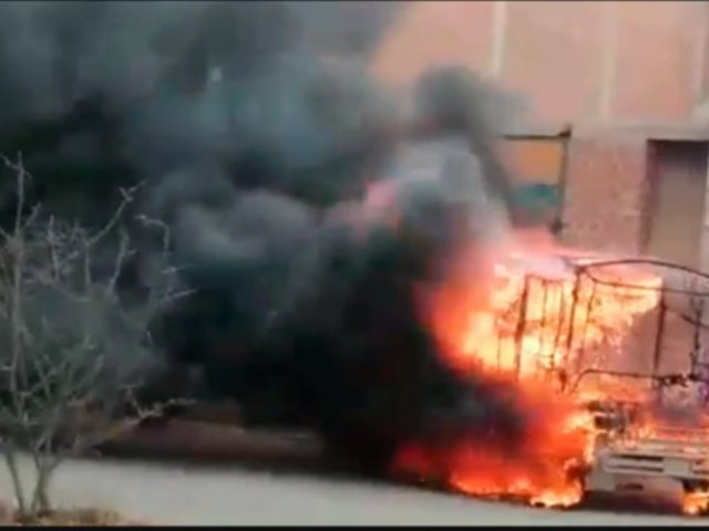 Comas: vecinos incendian mototaxi que era usada por delincuentes