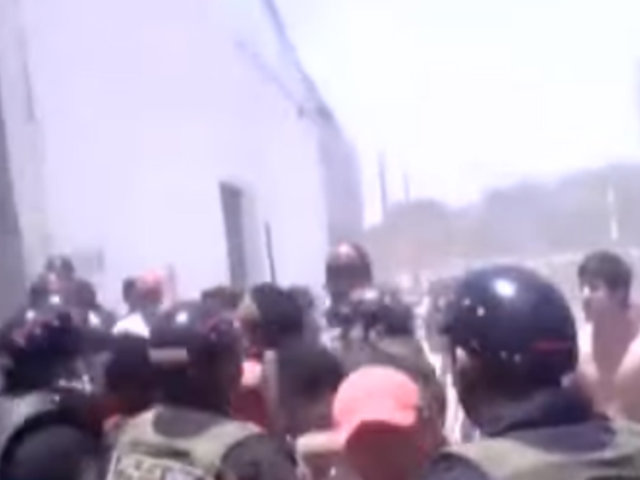 Tumbes: turba enfrentó a policías para defender a presuntos ladrones