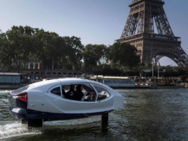 Francia: con éxito, prueban el primer taxi acuático que circulará a través de ríos