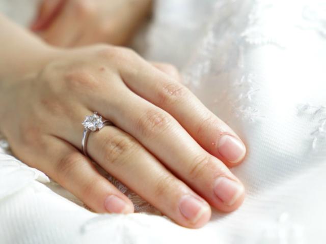 Mujer sueña que se traga su anillo de compromiso y se hace realidad
