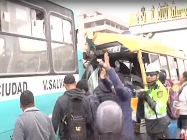 Varios heridos deja choque de bus y combi en San Martín de Porres