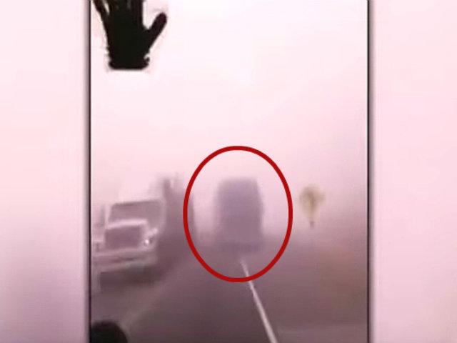 Arequipa: graban a bus interprovincial invadiendo carril contrario en neblina