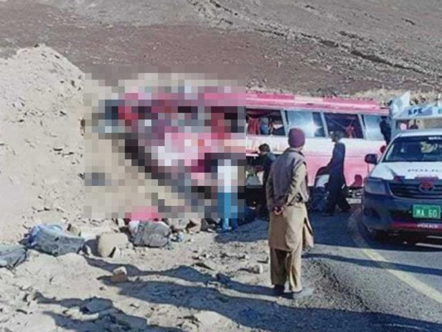 Choque de bus contra cerro mató a 26 personas en Pakistán
