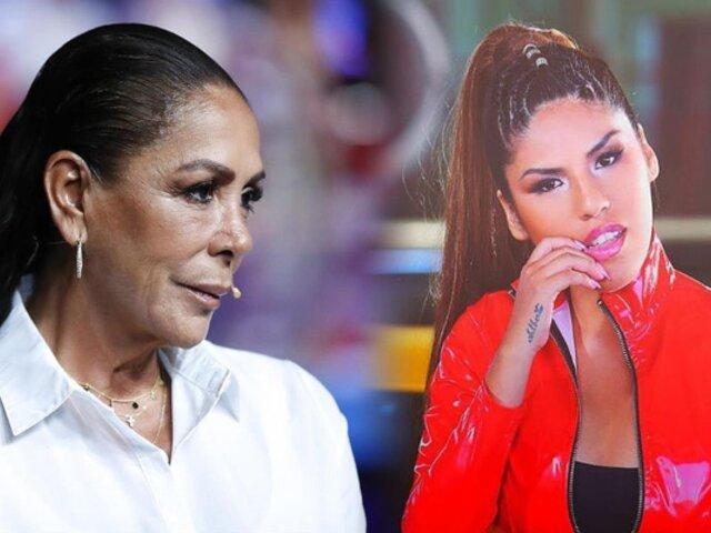 Hija de Isabel Pantoja llora en presentación de su single por desplante de su familia
