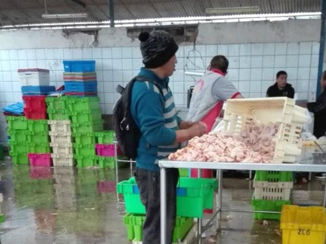 Ate: intervienen avícola donde inflaban pollos con agua