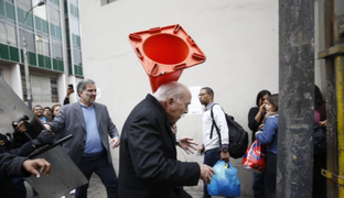 Lanzan un cono de tránsito en la cabeza a Carlos Tubino cuando intentaba ingresar al Congreso
