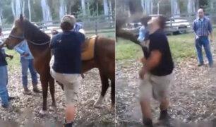 VIDEO: caballo casi mata de una patada a sujeto que intentaba montarlo