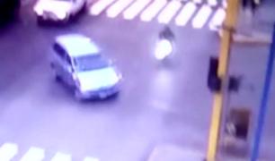 Policía muere tras chocar su moto contra miniván en Av. Alfonso Ugarte