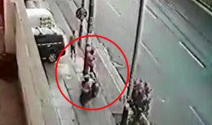 La Victoria: ladrones en moto roban celular a distraído transeúnte