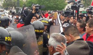 Disturbios se registran en marcha en rechazo a cierre del Congreso