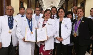 Conoce al médico de 100 años que atiende ad honorem en hospital 2 de mayo