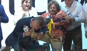 ¡Mi cenicienta!: presidente de Argentina le besó el pie a una mujer durante mitin