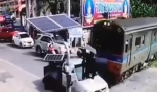 Tailandia: chofer sobrevive tras ser impactado por tren