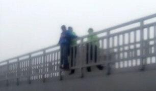 SMP: policía impide que hombre salte de puente en avenida Perú