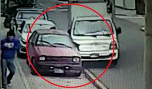 Lince: conductor choca contra auto estacionado y se da a la fuga