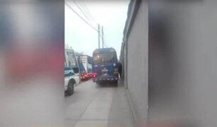 Barrios Altos: autos, cústers y motos  invaden vereda