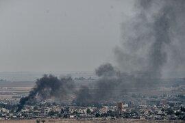 Turquía bombardea Siria en frontera y provoca éxodo de 100 mil personas