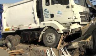 Camión de basura impacta lavaderos de autos en avenida Ramiro Prialé