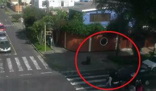 Surco: mujer es atropellada por cruzar semáforo en rojo