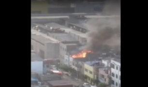 Surquillo: voraz incendio se registra en azotea de vivienda