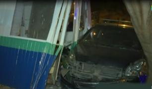 Santa Beatriz: auto se estrella contra caseta de Serenazgo e impacta a vehículo de Panamericana TV