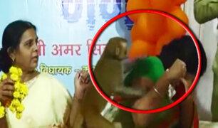 India: mono ingresa a conferencia y agrede a una mujer
