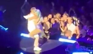VIDEO: Lady Gaga cayó del escenario tras subirse encima de un admirador