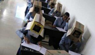 Profesora obliga a estudiantes a llevar cajas de cartón en la cabeza para que no copien en examen