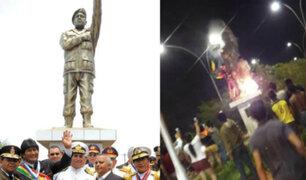 Bolivia: manifestantes derribaron estatua de Hugo Chávez por presunto fraude electoral
