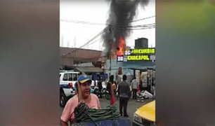 La Victoria: incendio consume almacén de reciclador