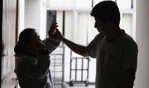 VIDEO: sujeto ebrio golpea a mujer, agrede a policía y queda libre