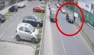 Comas: cámaras captan robo de moderna camioneta en condominio