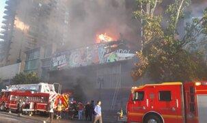 Chile: reportan gigantesco incendio en zona comercial en medio de protestas