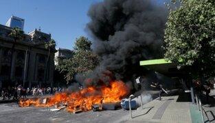 Crisis en Chile: manifestantes incendian acceso a estación del metro de Santiago