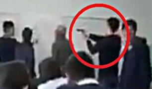 Adolescente apunta con un arma a profesor en plena clase